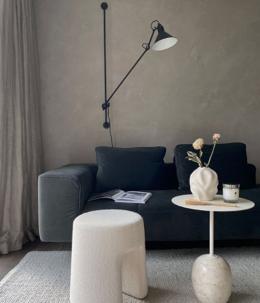 sofá, lámpara y mesa